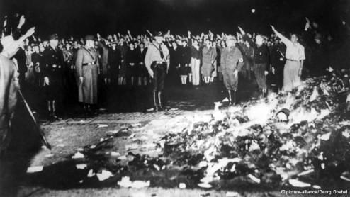 मई 1933 में नाजियों द्वारा जलायी जा रही किताबें