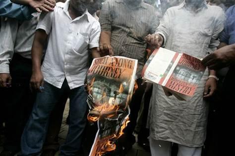 2010 के अक्टूबर में शिवसेना ने रोहिंग्टन मिस्त्री की किताब 'सच ए लाँग जर्नी' की प्रतियाँ जलायीं