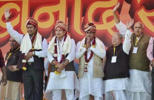 मुजफ्फरनगर दंगो के आरोपी संगीत सोम व सुरेश राणा को मोदी की रैली में सम्मानित किया गया।