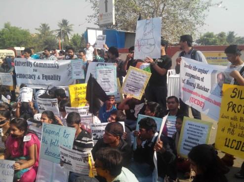 मुम्बई विश्वविद्यालय में प्रो. हातेकर के निलम्बन के ख़िलाफ़ यूसीडीई के नेतृत्व में चला छात्र आन्दोलन