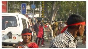 2015-03-25-Delhi-lathicharge-5
